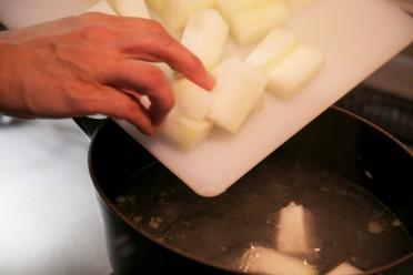 昆布出汁で冬瓜を炊き上げる