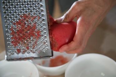 おろし金でトマトを適量、擂り下ろします